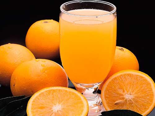 Для разжижения крови многие используют аспирин, но мало кто знает, что помимо пользы он приносит и вред. Закрепляясь на стенках желудка, частички аспирина въедаются в стенку желудка и образуют язвы. Поэтому фитотерапевты и народная медицина используют в качестве источника аспирина отвары листьев малины и черной смородины. Салициловая кислота содержится также во многих фруктах и овощах, однако, в количестве, недостаточном для существенного воздействия на свертывание крови.  Следует помнить также и о том, что важно снизить употребление пищевых продуктов, богатых витамином К, так как они, напротив, способствуют свертыванию. Среди них прежде всего нужно назвать плоды черноплодной рябины. Есть витамин К в шпинате, салате и другой пищевой зелени. Если у вас кровь густая, следует учесть, что продукты, богатые витамином К, делают ее еще гуще.  Жиры рыб способствуют не только разжижению крови, но и рассасыванию уже имеющихся тромбов и склеротических бляшек. Врачи советуют есть рыбу не менее 3-4 раз в неделю. Предпочтение следует отдавать жирным сортам.  Следите, чтобы в продуктах питания содержался йод (ешьте обязательно, регулярно, морскую капусту: сухую измельчите на кофемолке и 1 раз в день по 1 ч.л., вместо соли с едой.), он уменьшает вязкость крови, повышает тонус сосудов.  Разжижению крови способствуют продукты, которые содержат таурин, который нормализует кровяное давление. Его много в морепродуктах и морской рыбе. Добавьте в рацион грецкие и миндальные орехи (по 1 ст.л. в день).  Употребление чеснока в пищу уменьшает вязкость крови. Включите в свой рацион дыню, грейпфрут, красный болгарский перец и помидоры. Способствуют разжижению крови трава донника, гинкго билоба, черешня и вишня и др. Отлично разжижает кровь красное сухое вино. По бокалу вина в день с едой – отличное средство.  Перец чили содержит витамины А и Е, калий и фолиевую кислоту, которые прекрасно разжижают кровь. Пейте каждый день апельсиновый сок не более 120 мл – это отличное средство для разжижения к